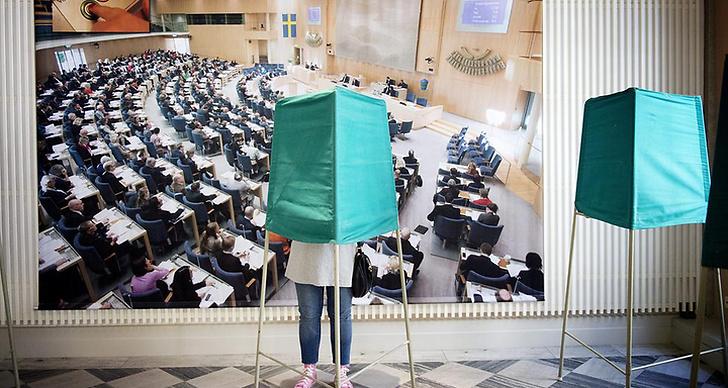 Ung tjej står och röstar vid en vallokal