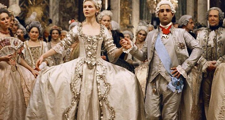 Kvinnans sätt att klä sig har tack och lov utvecklats sedan 1800-talet.