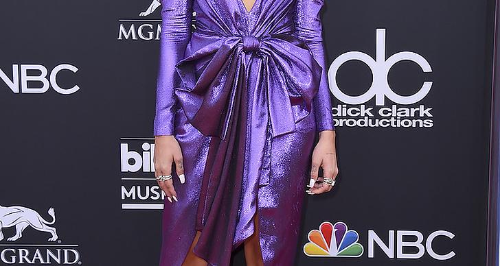 Dua Lipa på röda mattan under Billboard Music Award 2018.