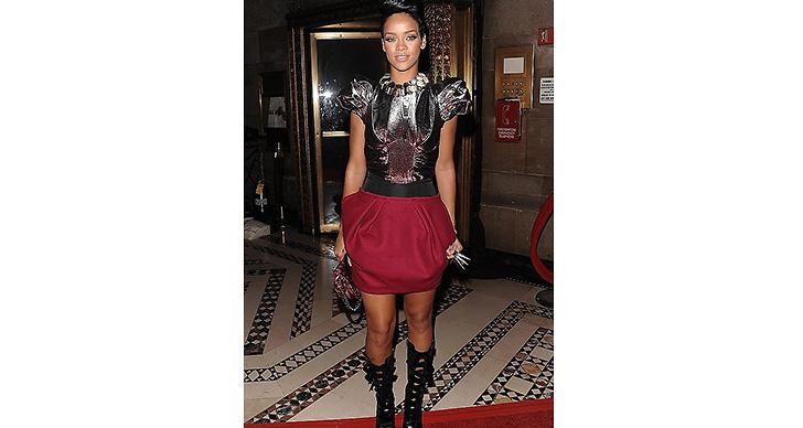 2009 började hon mjuka upp sin stil lite mer men den rockiga looken hängde i.