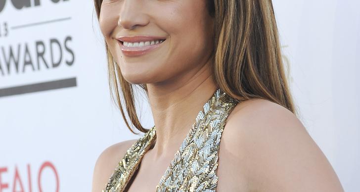 Jennifer Lopez såg som vanligt ut som en bronzegudinna i sitt slingade hår och roströda ögonskugga.
