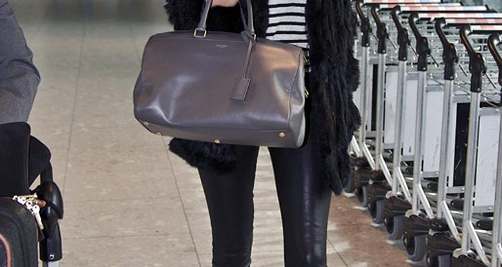 Rosie Huntington-Whiteley lyckas se chic ut även när hon flyger. De snygga bootsen och hatten bryter av den annars ganska enkla outfiten som baseras på både den randiga och skinnpräglade trenden. De stora solisarna adderar en touch av lyx.