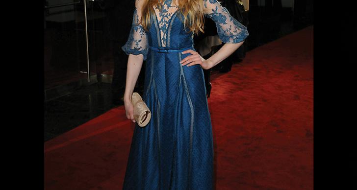 ... i blå klänning med spetsdetaljer.