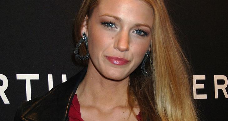 Blake Livley fixar flirtiga ögonfransar med hjälp av en mascaraprimer.