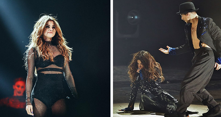 Selena Gomez ramlade under sin konsert.