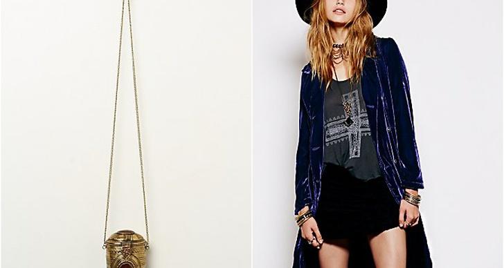 Rolig och annorlunda väska i metall och lång midnattsblå sammetsjacka