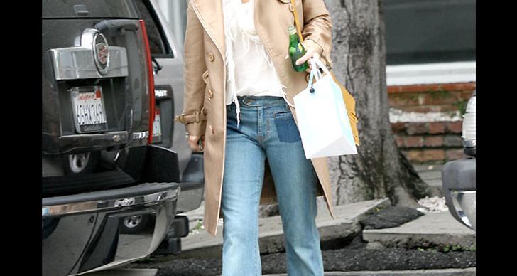 ... satsar på 70-talslooken med utsvängda jeans och beige jacka.