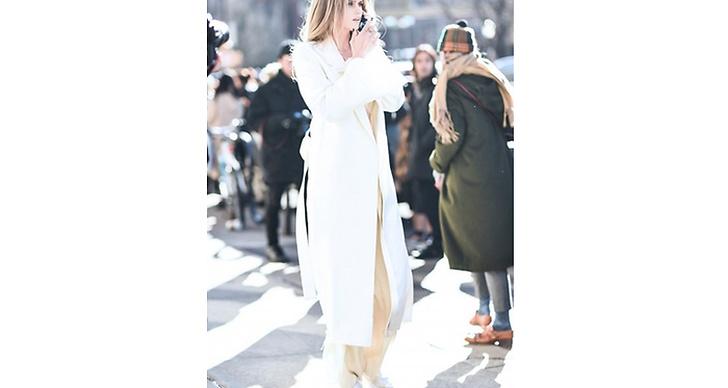En bländande vit outfit lyser upp i folkmassan.