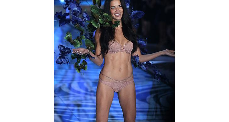 Nu: Modellen skrev historia då hon i år slog rekordet som modellen med längst ängelkontrakt – någonsin. Wow!