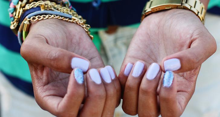 """3. Välj rätt nagellack! Satsa på nagellack som har en quick dry-effekt eller köp så kallade """"quick dyring dröps"""", som du droppar på naglarna efter att du har målat dem, för att lacket ska torka snabbt. De flesta märken erbjuder idag sådana droppar och då torkar lacket på bara några minuter."""