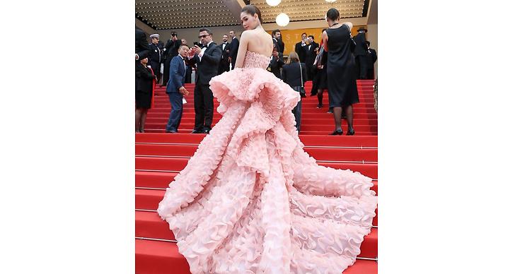 Vi avslutar med den kanske mest maffiga klänningarna av alla. Araya A. Hargate bar upp den här klänningen med bravur!