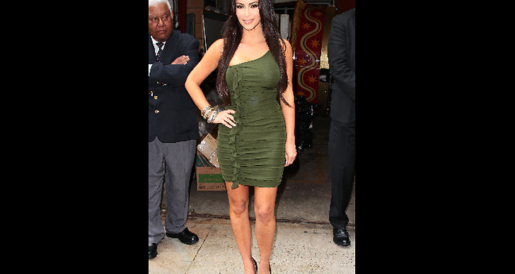 Kim Kardashian visar ena axeln och...