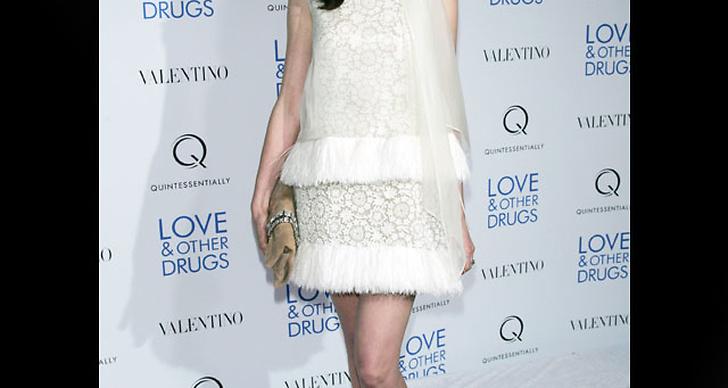 ... är söt som en gräddbakelse i sin vita klänning.
