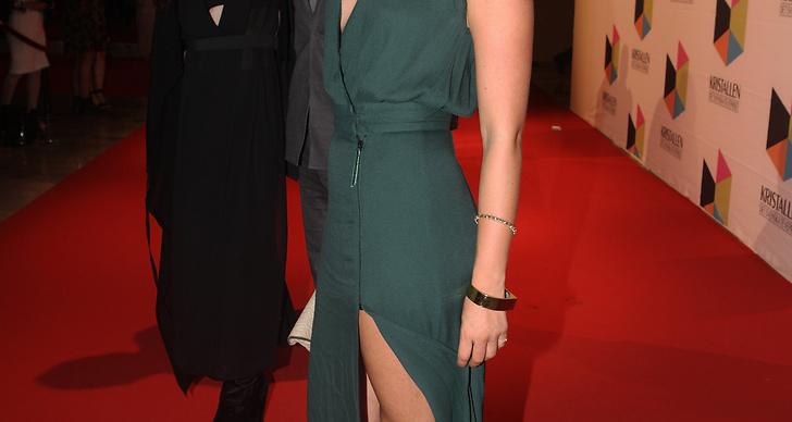 Jennifer Åkerman i enkel mörkgrön klänning