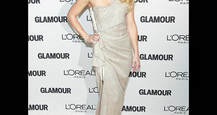 ... klär sig i en klänning som glittrar.