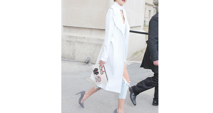1. Klä dig i ljusa färger. Ha gärna en vit jacka i garderoben för att kunna anamma Gigis stil.