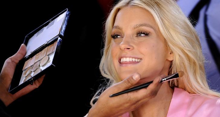 Jessica Stam, backstage innan Victoria's Secret Fashion Show 2011.