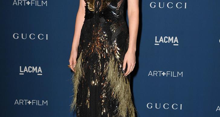 Skådespelaren Dakota Johnson i en fjäderkreation i snygga färger!