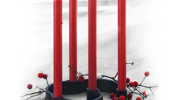 Använd röda ljus för att få den där riktiga julkänslan.