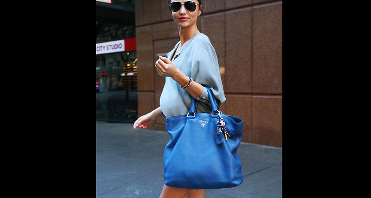 ..solbrillor och stor blå väska.