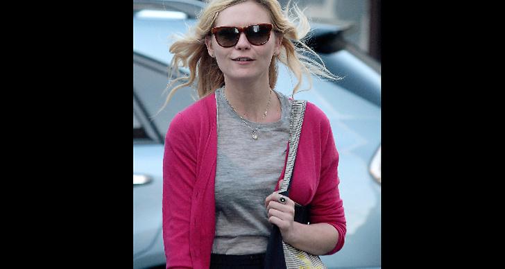 Kirsten Dunst  är vardagssnygg i rosa, mjuk kofta.