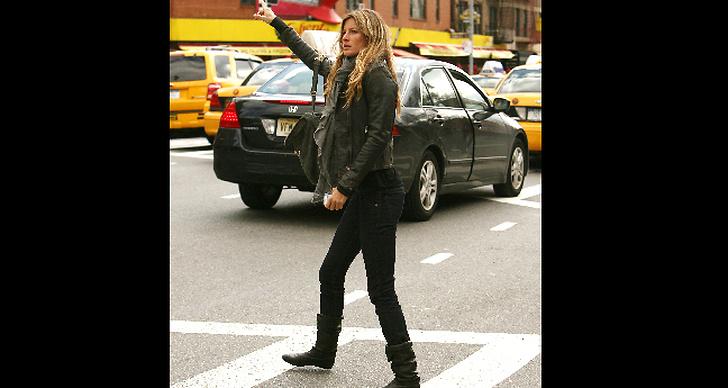 Fixar taxi i svarta jeans och skinnjacka.
