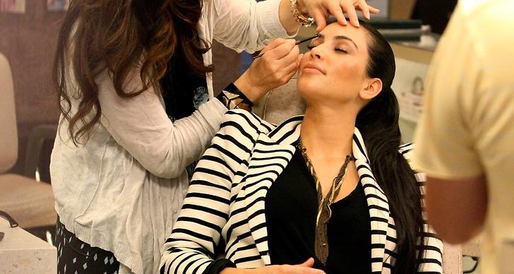 Kim Kardashian låter sig pysslas om på skönhetssalong.