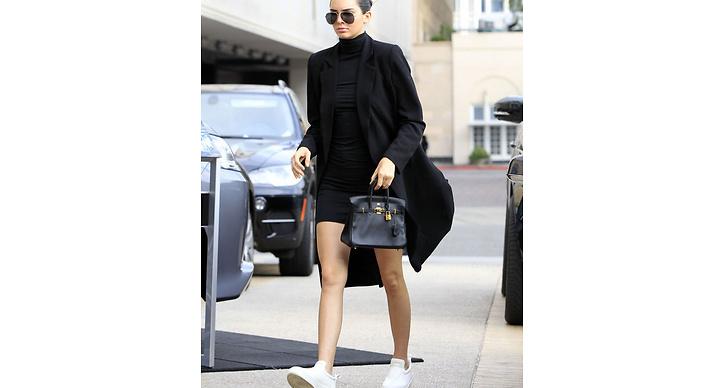 All black! Kendall gillar den stilrena looken, och hon matchar gärna sina outfits med fräscha, vita sneakers.