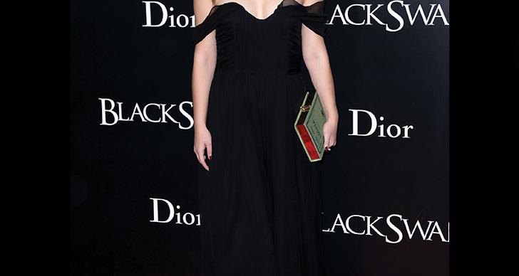 ...  matchar sin svarta klänning med mörkröda läppar.