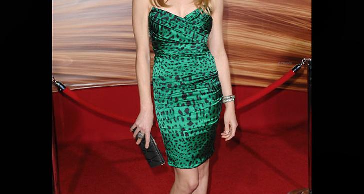 ... i leopardmönstrad klänning i grönt.