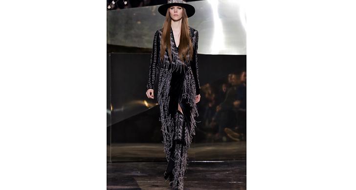 Freja Beha Erichsen tar självstända steg klädd i svart och fransar – snyggt.