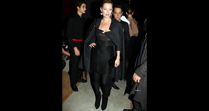 Kate Moss drar åt sig uppmärksamhet på en YSL-visning. ?