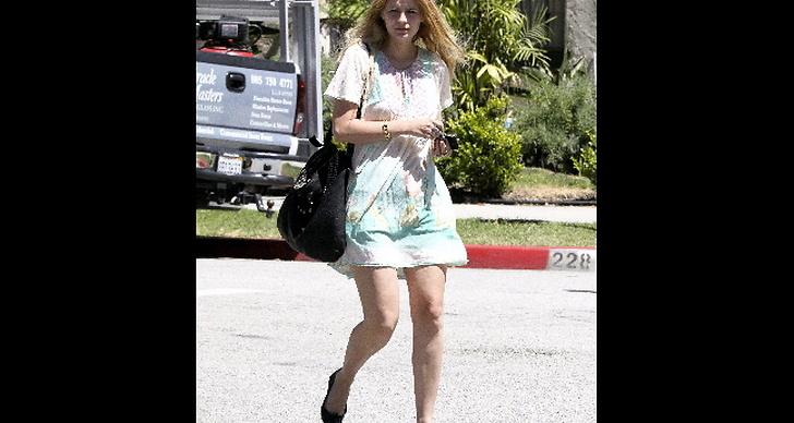 En osminkad Mischa Barton i ballerinaskor och somrig klänning.