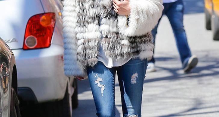 Olivia Palermo är vardagsfin i ett par skinny jeans, boots och en vitgrå pälsjacka. Bra inspiration för kyliga vårdagar!