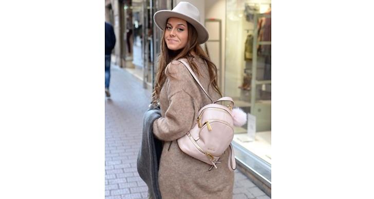 Ryggsäcken är superhet igen.  Bianca vet hur man ska bära upp den!