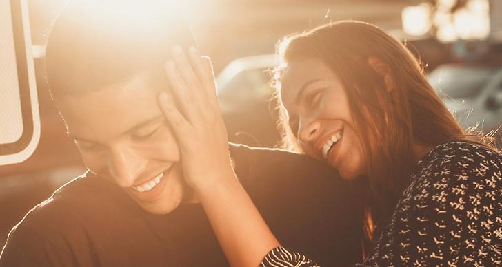 En tjej och en kille som skrattar