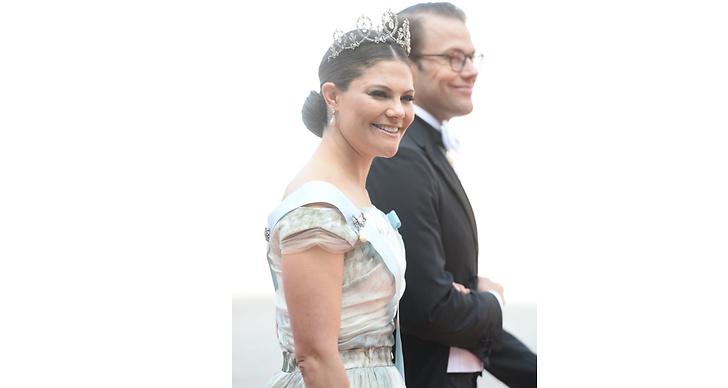 För att kronprinsessan Victoria är den första kvinnan i svensk historia som tar efter kronföljden – och är därför blivande drottning.