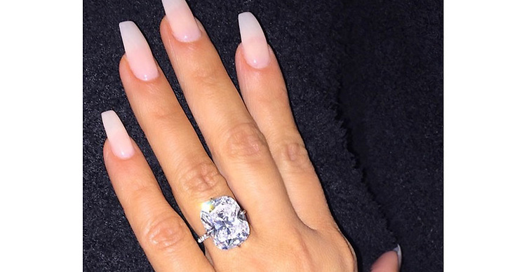 När Kanye friade var det en 15 karat Lorraine Schwartz diamat som åkte på Kims finger.