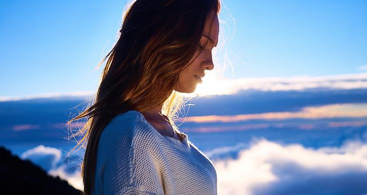 En tjej som mediterar