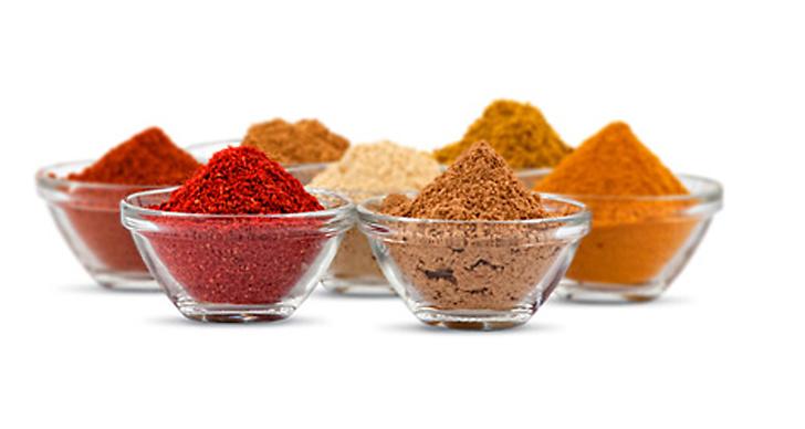 Kryddor som kanel och gurkmeja är fyllda av antioxidanter, något som är otroligt bra för dålig hy.