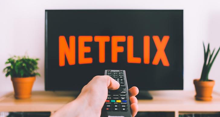 Bild på en tv som visar Netflix loggan.