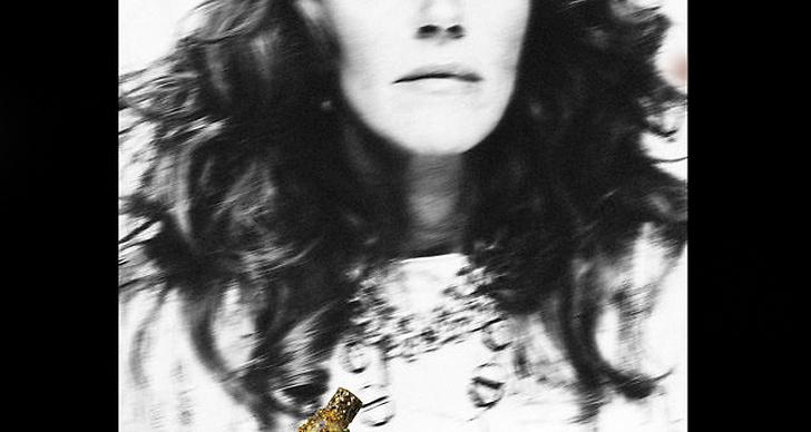 Den första bilden på parfymkampanjen som Anna Dello Russo själv frontar.