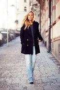 Aftonbladets Sofi Fahrman matchar den randiga med en klassisk dubbelknäppt kavajjacka
