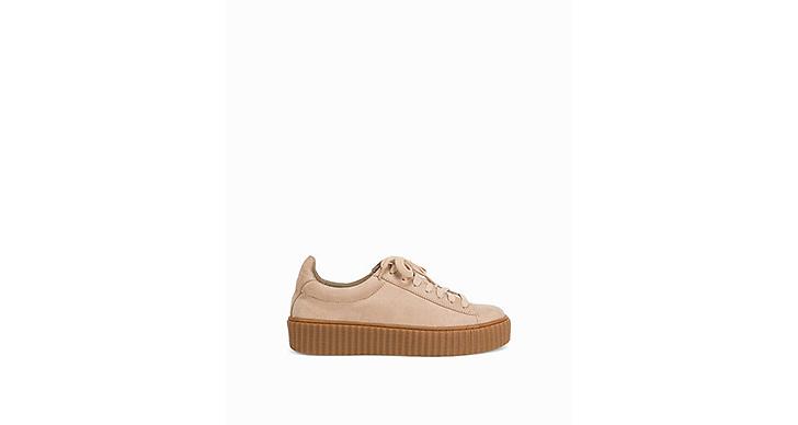 <a href='http://clk.tradedoubler.com/click?p(17833)a(2862979)g(17114610)url(http://nelly.com/se/kläder-för-kvinnor/skor/sneakers/nly-shoes-427/rubber-sole-sneaker-429548-12/)' title='Här' target='_blank'>Här</a> hittar du dessa skönheter från Nellys egna märke NLY Shoes, 399 kronor.