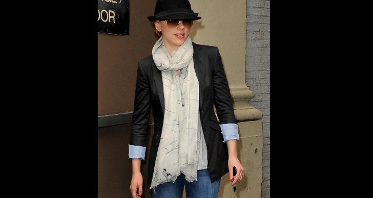 Scarlett Johansson gömmer sig i hatt och solbrillor.
