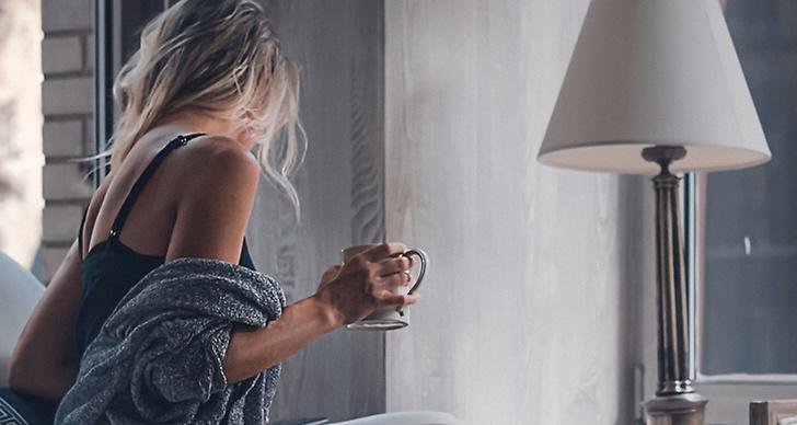 En tjej som dricker kaffe