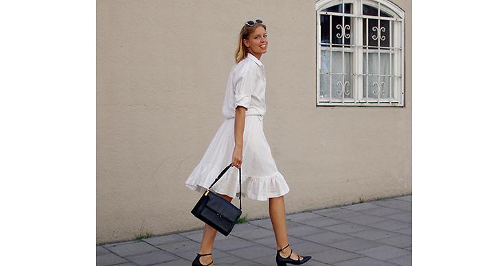 Sätt ihop två plagg till ett! Gör en klänning av din vita skjorta och vita kjol. Du både slipper köpa ny klänning och får ett mer personligt plagg.