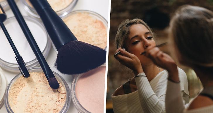 En bild på sminkborstar och puderdosor bredvid en tjej som sminkar sig.