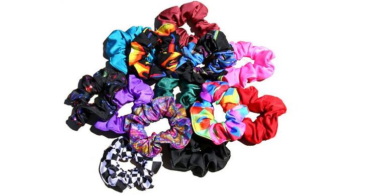 Scrunchies invaderade i de mest spektakulära färgkombinationerna.