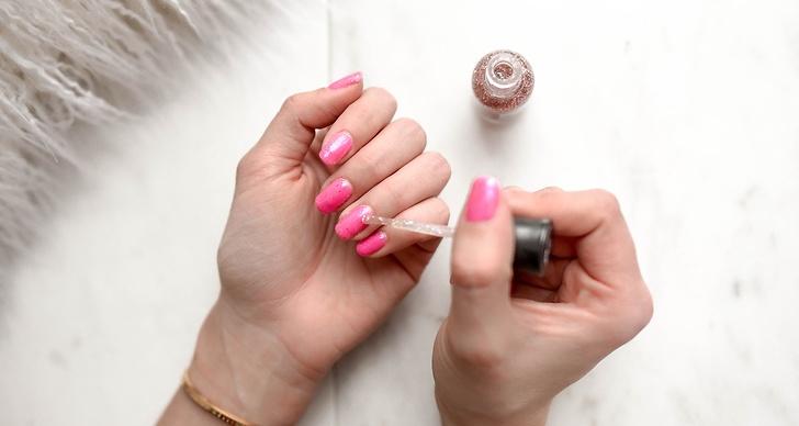 Så enkelt får du bort nagellacket.